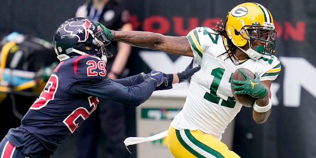 Green Bay Packers wide receiver Davante Adams (17) runs with the ball as Houston Texans cornerback Phillip Gaines (29) defends during the first half of an NFL football game Sunday, 10 월. 25, 2020, 휴스턴. (AP Photo/Sam Craft)