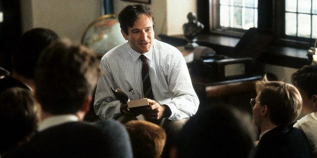 قام روبن ويليامز بتدريس فصل دراسي في مشهد من فيلم Dead Poets Society ، 1989.