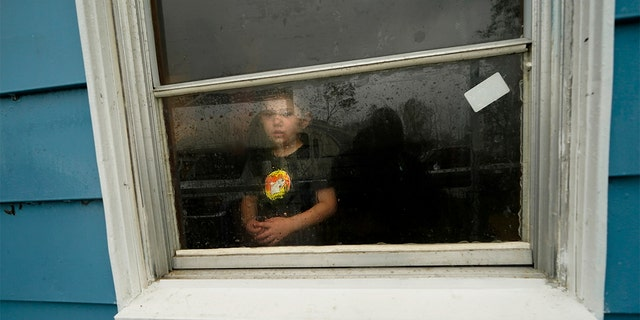 Hunter Daniel, 3, looks out the window of his uncle's house, to which his family temporarily relocated to ride out Hurricane Delta on Oct. 9. (AP 사진 / Gerald Herbert)