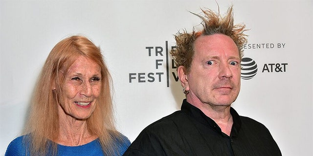 "John Lydon and his wife Nora Forster at the 2017 Tribeca Film Festival screening of ""The Public Image Is Rotten"" 在纽约市."