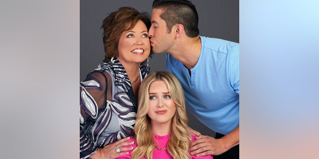 Kelly (links), Kim (sentrum) and Matt are featured in TLC's new reality TV series, titled 'I Love a Mama's Boy.'