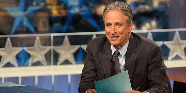 """AUSTIN, TX - 28 tháng 10: Người dẫn chương trình Jon Stewart tại """"Chương trình hàng ngày với Jon Stewart"""" bao gồm các cuộc bầu cử giữa kỳ ở Austin với """"Democalypse 2014: South By South Mess"""" tại Nhà hát ZACH vào ngày 28 tháng 10 năm 2014 ở Austin, Texas.  (Ảnh của Rick Kern / Getty Images cho Comedy Central)"""