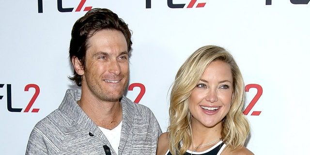 Oliver Hudson (links) and Kate Hudson (reg) have a strained relationship with their father, Bill. Their stepfather is actor Kurt Russell. (Paul Zimmerman/WireImage)