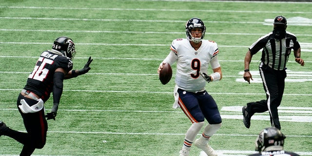 Chicago Bears quarterback Nick Foles (9) works against the Atlanta Falcons during the second half of an NFL football game, Domenica, Sett. 27, 2020, ad Atlanta. (AP Photo / Brynn Anderson)