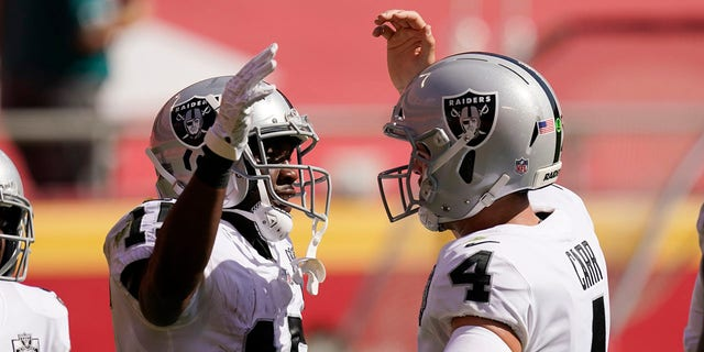 Las Vegas Raiders wide receiver Nelson Agholor, left, celebrates with quarterback Derek Carr after receiving a 59-yard touchdown pass during the first half of an NFL football game against the Kansas City Chiefs, Sunday, October 11, 2020 in Kansas City.  (AP Photo / Charlie Riedel)