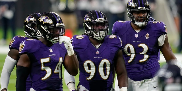 Baltimore Ravens defenders Pernell McPhee (90) Calais Campbell (93) prepare for the next play during an NFL football game against the Houston Texans, Domenica, Sett. 20, 2020, a Houston. (AP Photo/Matt Patterson)