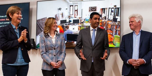 代表. 罗·卡纳(Ro Khanna), D-Calif。, with Iowa Gov. Kim Reynolds [far left] and others at the Grand Opening of the Forge in Iowa on Sept. 7, 2019. (Jacob Fiscus Photography, courtesy of the Ro Khanna campaign.)