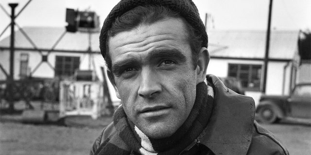 "Sean Connery on the set of the film ""Action of the Tiger"". novembre 1956. The Scottish star reportedly died overnight in the Bahamas, his family said on Saturday. È stato 90."