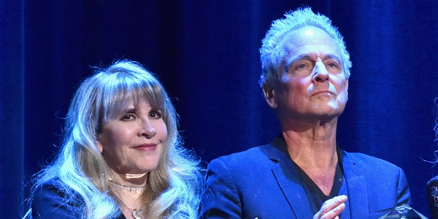 Stevie Nicks (links) and Lindsey Buckingham (reg). (Photo by Lester Cohen/Getty Images for NARAS)