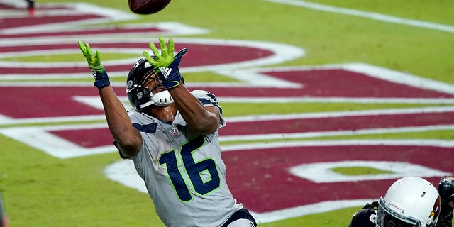 Seattle Seahawks wide receiver Tyler Lockett (16) pulls in a touchdown pass as Arizona Cardinals cornerback Dre Kirkpatrick (20) defends during the second half of an NFL football game, Domenica, Ott. 25, 2020, in Glendale, Ariz. (AP Photo/Ross D. Franklin)
