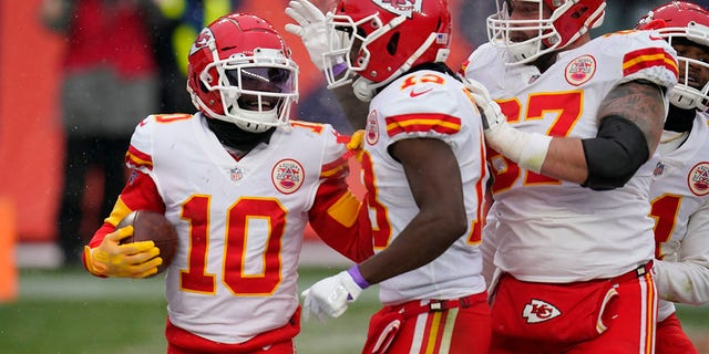 Kansas City Chiefs wide receiver Tyreek Hill (10) reacts with teammates after scoring a touchdown during the second half of an NFL football game against the Denver Broncos, 일요일, 10 월. 25, 2020, 덴버. (AP 사진 / David Zalubowski)