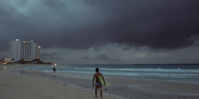 Clouds gather over Playa Gaviota Azul as Tropical Storm Zeta approaches Cancun, Mexico, vroeg Maandagoggend, Okt.. 26, 2020.