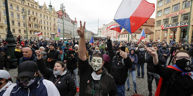 Demonstrators gather to protest the COVID-19 preventative measures downtown Prague, Czech Republic, op Woensdag. (AP Photo/Petr David Josek)