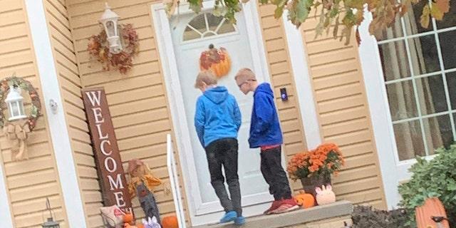 Eli Rempe y Sam Yarpe, en la foto, devolvieron el bolso perdido de Mallory Pittman-Morris a su casa el fin de semana pasado.