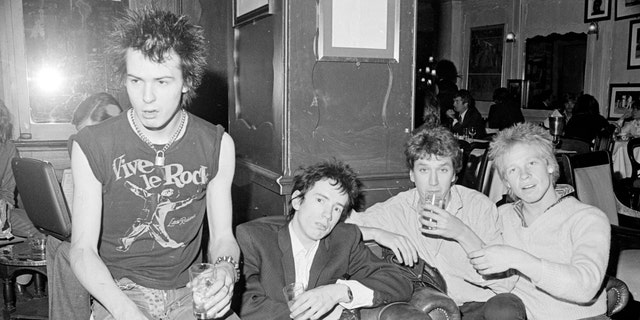 The Sex Pistols (l. to r.): 席德·恶毒, Johnny Rotten, Steve Jones, and Paul Cook. (Reveille/Mirrorpix via Getty Images)