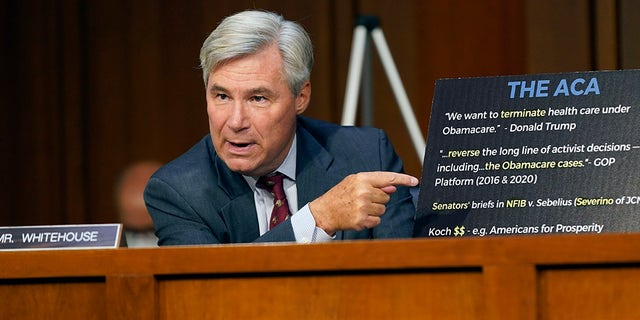 Suo. Sheldon Whitehouse, D-R.I., speaks during the confirmation hearing for Supreme Court nominee Amy Coney Barrett before the Senate Judiciary Committee, martedì, Ott. 13, 2020, su Capitol Hill a Washington. (AP Photo / Patrick Semansky)