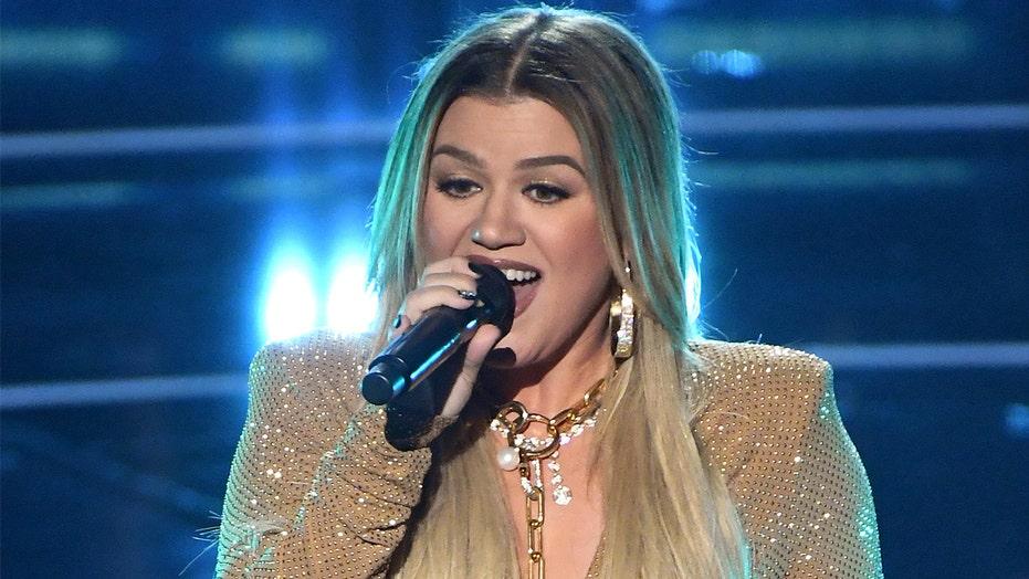 Kelly Clarkson kicks off 2020 Billboard Music Awards with Whitney Houston cover