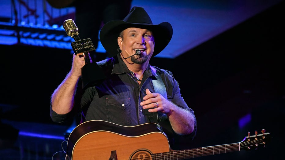 Garth Brooks receives Billboard Music Awards 2020 Icon Award, thanks God and 'love of my life' Trisha Yearwood