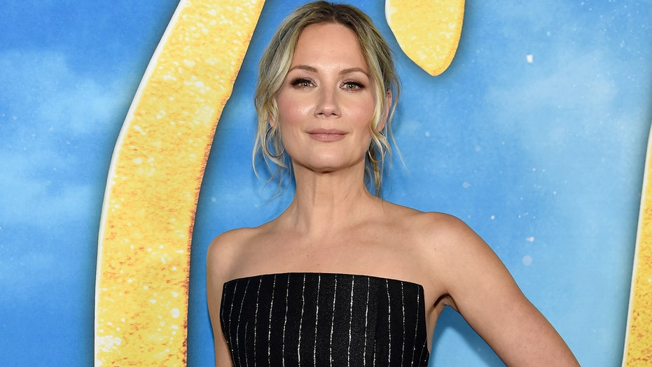 Jennifer Nettles honored with first-ever Equal Play Award at 2020 CMT Music Awards