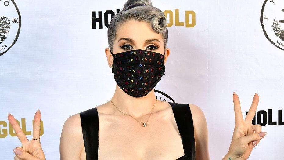 凯利·奥斯本(Kelly Osbourne)减肥85磅, dons colorful 'vote' face mask while celebrating 36th birthday