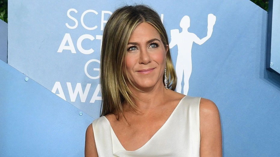 Jennifer Aniston reminds fans 'to give yourself a little love' in throwback pic: 'What a year'