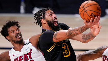 Anthony Davis playing wait-and-see strategy before re-signing with Lakers: report