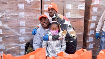 Tracy Morgan hands out more than 1,200 turkeys in New York for Thanksgiving