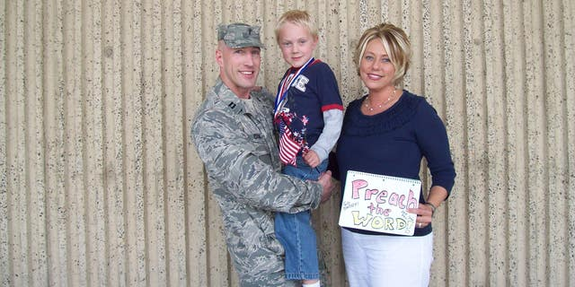 Voormalige Amerikaanse. military chaplain, Curt Cizek with his wife and son before an Iraq deployment