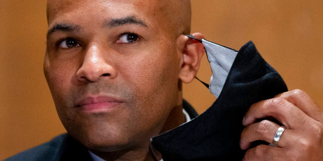 FILE - In this Sept. 9, 2020, 파일 사진, Surgeon General Jerome Adams takes off his face mask as he appears on Capitol Hill in Washington. A lawyer for Surgeon General Adams pleaded not guilty Monday, 11 월. 2, 2020, on behalf of Adams, who was cited by Honolulu police for being in a closed park during a trip to help Hawaii cope with a spike in coronavirus cases. Adams didn't travel to Hawaii for the arraignment. (Michael Reynolds/Pool vi파일, File)