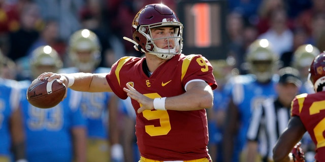 In questo nov. 23, 2019, file di foto, Southern California quarterback Kedon Slovis throws against UCLA during the first half of an NCAA college football game in Los Angeles. (AP Photo/Marcio Jose Sanchez, File)