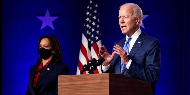 Democratic vice presidential candidate Sen. 卡马拉·哈里斯, D-Calif。, listens as Democratic presidential candidate former Vice President Joe Biden speaks Friday, 十一月. 6, 2020, 在威尔明顿, 的. (美联社)