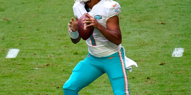 Il quarterback dei Miami Dolphins Tua Tagovailoa (1) looks to pass against the Arizona Cardinals during the first half of an NFL football game, Domenica, Nov. 8, 2020, in Glendale, Ariz. (AP Photo/Ross D. Franklin)