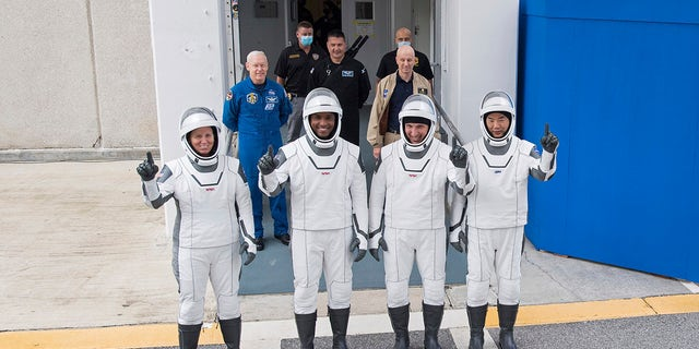 NASA astronauts, 왼쪽에서, Shannon Walker, Victor Glover, Mike Hopkins and Japan Aerospace Exploration Agency (JAXA) astronaut Soichi Noguchi, 권리, wearing SpaceX spacesuits, stop to pose for a picture as walk out of the Neil A. Armstrong Operations and Checkout Building to depart for Launch Complex 39A during a dress rehearsal Thursday, 11 월. 12, 2020, at NASA's Kennedy Space Center in Cape Canaveral, Fla.