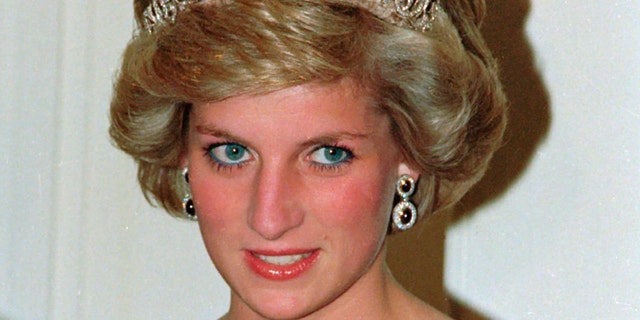 In this file photo dated Nov. 7, 1985, Britain's Princess Diana wears the Spencer tiara as she and Prince Charles attend state dinner at Government House in Adelaide, 호주. The BBC's board of directors has announced on Wednesday, 11 월. 18, 2020, the appointment of a retired senior judge to lead an independent investigation into the circumstances around a controversial 1995 TV interview with Princess Diana.