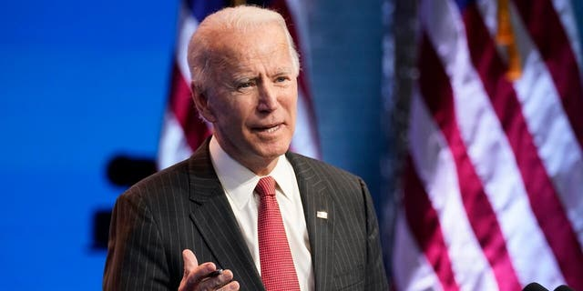조 바이든 당선자, accompanied by Vice President-elect Kamala Harris, speaks at The Queen theater, 목요일, 11 월. 19, 2020, 윌 밍턴, 의. Biden embraced an end to cash bail during the presidential campaign, and ran on a Democratic platform that favored ending cash bail after the idea was not included in the party's 2016 플랫폼. (AP 사진 / Andrew Harnik)