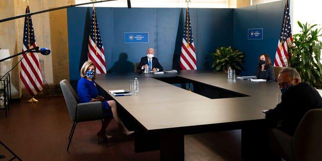 总统当选人拜登, 与当选副总统卡马拉·哈里斯在会议中讲话, 对, 纽约州参议院少数党领袖查克·舒默(Chuck Schumer), 加州众议院议长南希·佩洛西(Nancy Pelosi)。, 剩下, 星期五, 十一月. 20, 2020, 在威尔明顿, 的. (美联社照片/亚历克斯·布兰登)