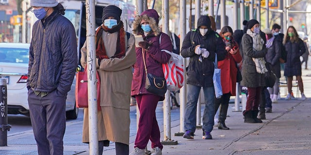 People wait on a line stretching around a block for a clinic offering COVID-19 testing, mercoledì, Nov. 18, 2020, in the Park Slope area of the Brooklyn borough of New York. (AP Photo/Bebeto Matthews)