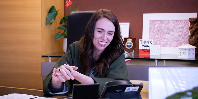 Prime Minister Jacinda Ardern talks with U.S. President-elect Joe Biden on the phone at her office in Wellington, 뉴질랜드, 월요일, 11 월. 23, 2020. (New Zealand Prime Minister's Office via AP)