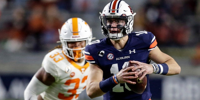 Auburn quarterback Bo Nix (10) scrambles during the first half of the team's NCAA college football game against Tennessee on Saturday, 十一月. 21, 2020, in Auburn, 翼. (AP Photo/Butch Dill)