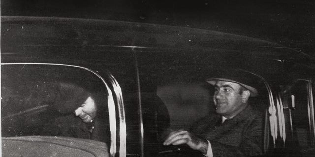 Al Capone, 권리, Chicago's infamous gang overlord during prohibition, leaves Harrisburg, Pa., 11 월. 16, 1939 with a federal officer for Lewisburg, 잘., where he was released after spending seven years in prison in Atlanta and San Francisco's Alcatraz. (AP 사진)