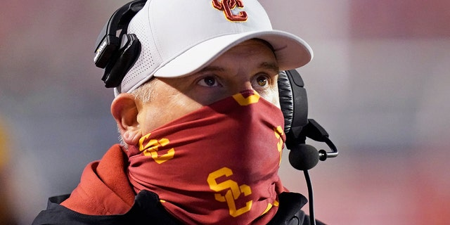 Southern California head coach Clay Helton looks on in the first half during an NCAA college football game against Utah, 星期六, 十一月. 21, 2020, in Salt Lake City. (AP Photo/Rick Bowmer)