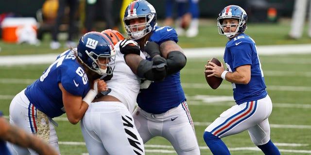 New York Giants quarterback Colt McCoy (12) looks to throw during the second half of an NFL football game against the Cincinnati Bengals, Sondag, Nov.. 29, 2020, in Cincinnati. (AP Photo/Aaron Doster)