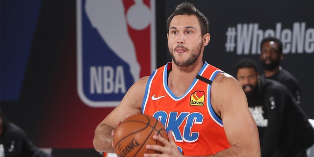 ORLANDO, FL - AUGUST 29: Danilo Gallinari #8 of the Oklahoma City Thunder handles the ball against the Houston Rockets during Round One, Game Five of the NBA Playoffs on August 29, 2020 at The Field House in Orlando, 佛罗里达. Mandatory Copyright Notice: 版权 2020 NBAE (Photo by Nathaniel S. Butler/NBAE via Getty Images)