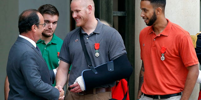 French President Francois Hollande bids farewell to U.S. Airman Spencer Stone as U.S. National Guardsman Alek Skarlatos of Roseburg, Erts., second from left, and Anthony Sadler, a senior at Sacramento State University in California, reg, after Hollande awarded them the French Legion of Honor at the Elysee Palace in Paris. (AP Photo/Michel Euler, lêer)