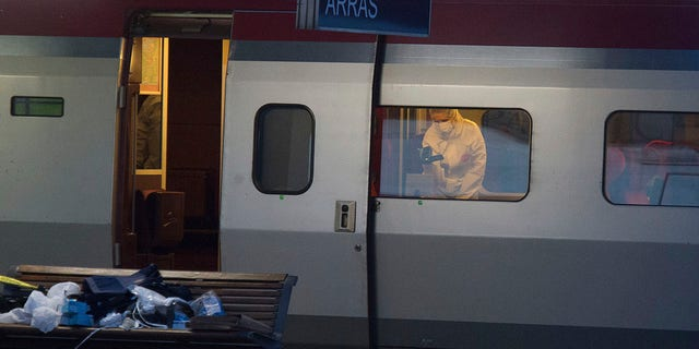 In this Aug.21, 2015 lêerfoto, a police officer videos the crime scene inside a Thalys train at Arras train station, northern France, after a gunman opened fire with an automatic weapon. (AP-foto, lêer)