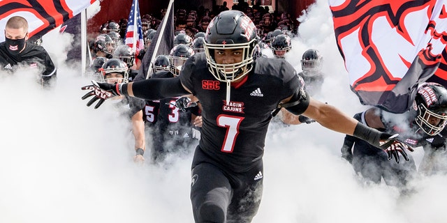 Louisiana-Lafayette linebacker Ferrod Gardner (7) enters the field with Louisiana-Lafayette head coach Billy Napier before an NCAA college football game against South Alabama in Lafayette, 的。, 星期六, 十一月. 14, 2020. (AP Photo/Matthew Hinton)