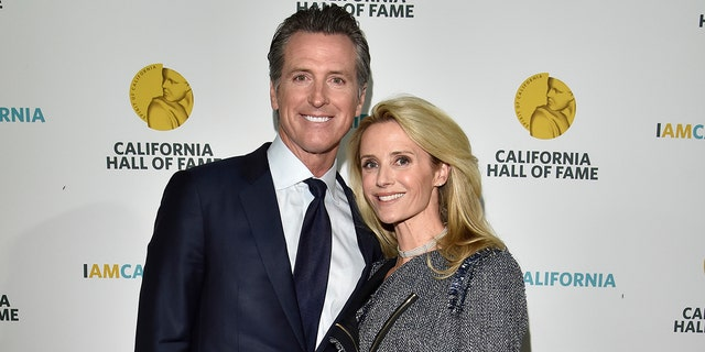 Gov.-elect Gavin Newsom and wife Jennifer Siebel Newsom attend the 12th Annual California Hall of Fame Ceremony at the California Museum on Dec. 4, 2018 in Sacramento, California. (Foto di Tim Mosenfelder / Getty Images)