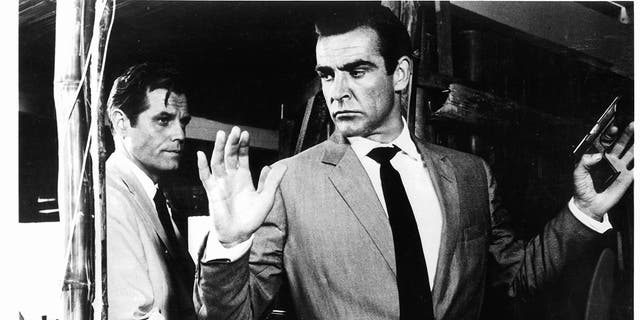 Sean Connery held at gunpoint by Jack Lord in a scene from the film 'James Bond: 박사. No', 1962.
