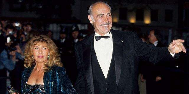 Sean Connery and his Wife Micheline Roquebrune attend a premiere in London, 大约 1990.