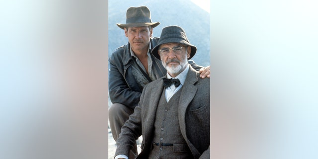 """Harrison Ford and Sean Connery on the set of the film """"Indiana Jones And The Last Crusade"""" 에 1989. Connery died on Oct. 31, 2020, 나이에 90."""